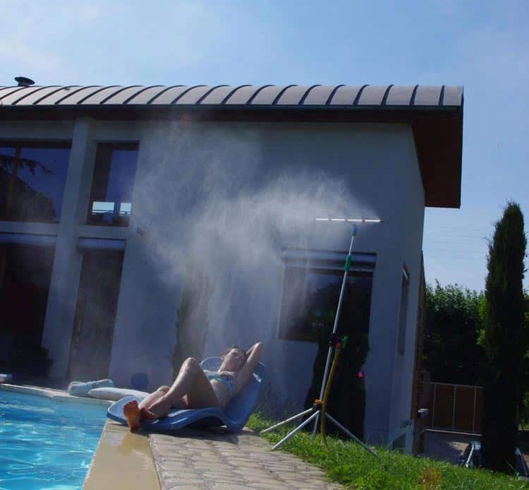 Brumisateur de jardin 2 en 1 en situation devant la piscine