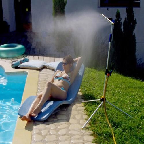 Mise en situation du brumisateur de jardin 2 en 1 à côté de la piscine