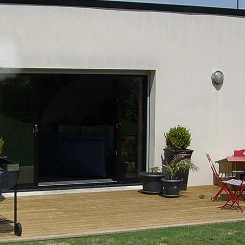 Ventilateur brumisateur mural fixé sur mur extérieur pour rafraîchir terrasse