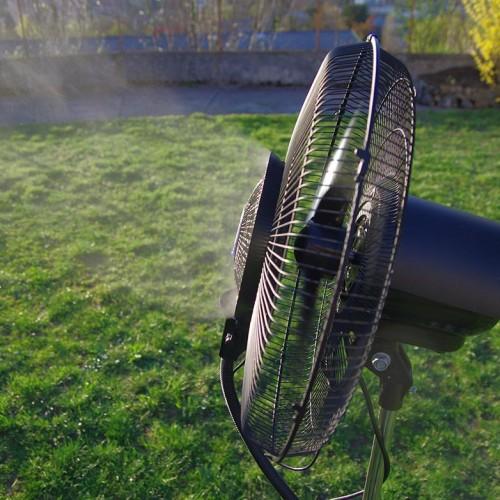 Ventilateur brumisateur 150cm en fonctionnement dans jardin
